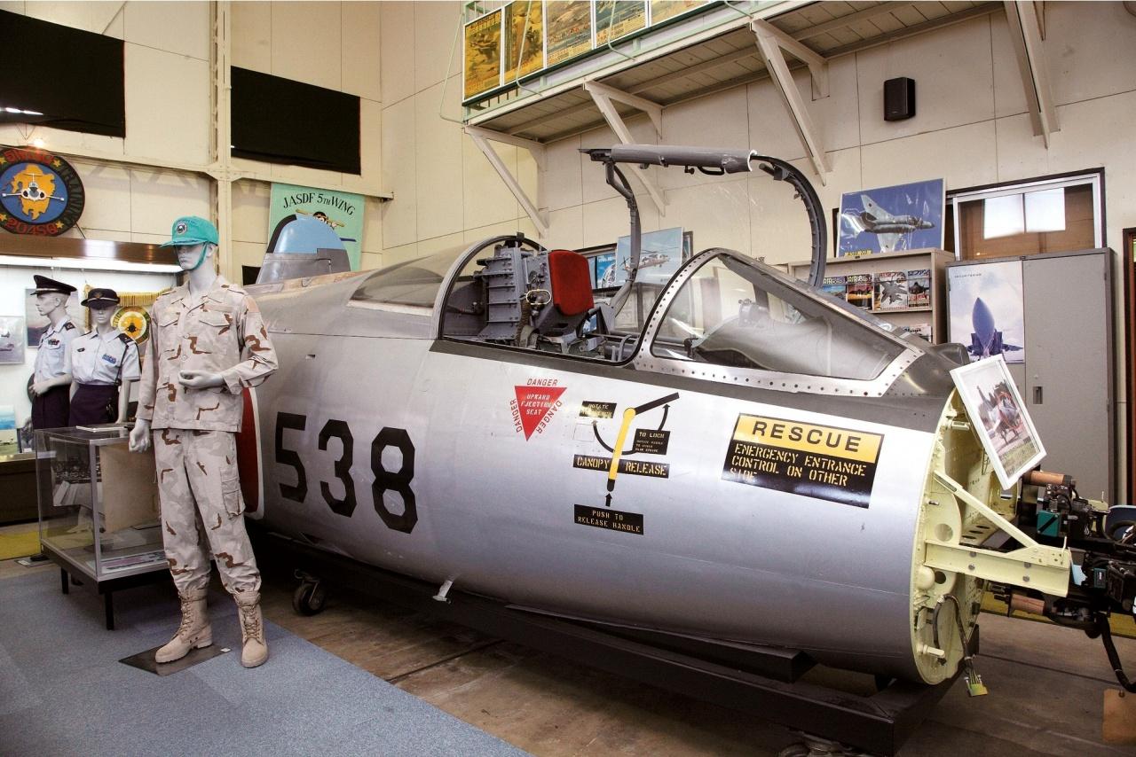 航空機や制服などを展示する航空参考館