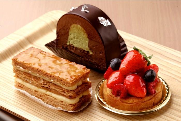 人気商品はミルフィーユ(左、350円)、ショコラピスターシュ(奥、450円)、タルトルージュ(右、420円)の3種類
