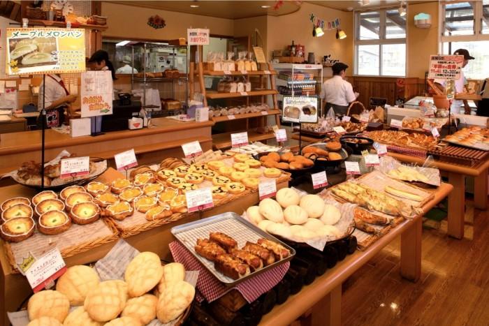 種類豊富なパンが並ぶトリガルの店内