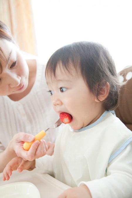 イチゴを食べる赤ちゃん