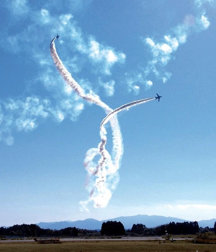 2011年新田原基地航空祭でのブルーインパルスの曲技飛行