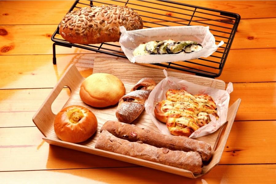 バラエティーに富んだパンがそろう