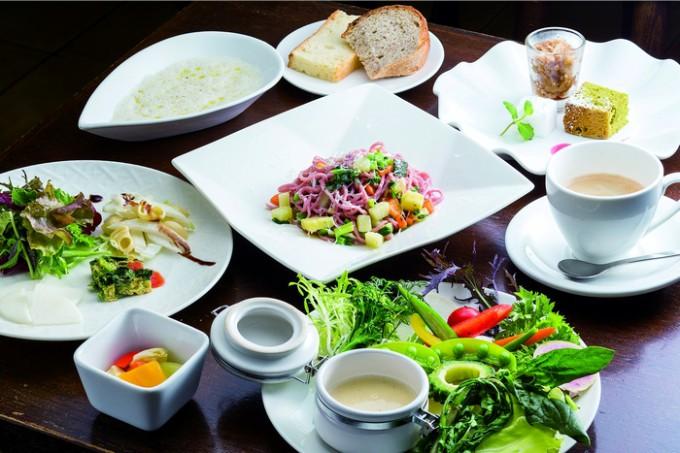 旬のお野菜ランチは自家製パンやスープ、デザートも付く