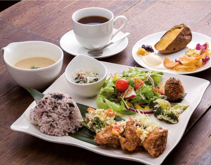 ワンプレートランチはチキン南蛮やサツマイモを使ったコロッケ、デザートなども付く