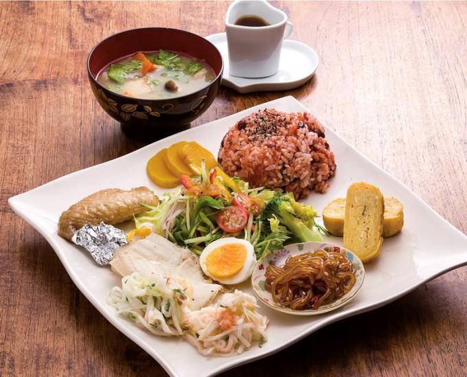 「農家のお昼ごはん」。桜島大根など旬の野菜が使われ、ドレッシングは自家製つばき油入り