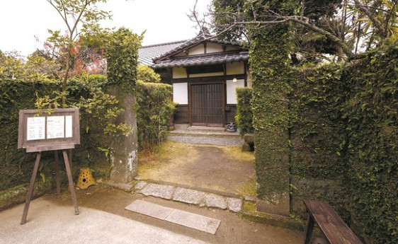 店の入り口。一帯は江戸時代の町割りの中で散策を楽しめる