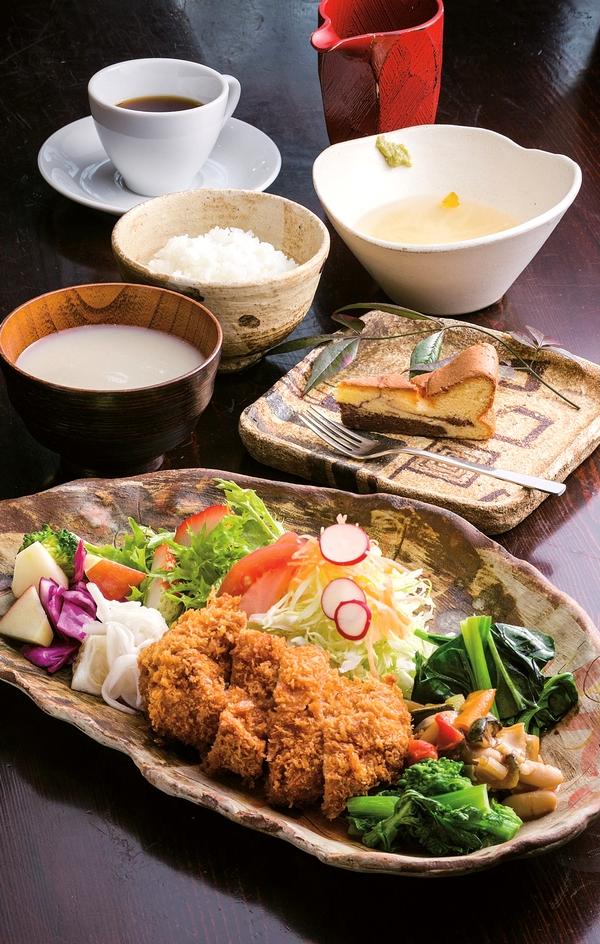 「お昼ごはんセット」はデザートとコーヒー付き。とんかつはロースが1,580円、ヒレ(写真)が1,780円