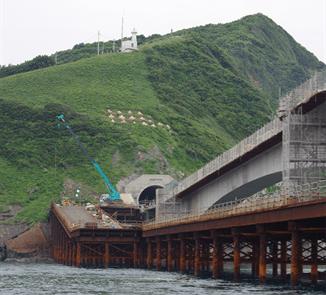 建設中の藺牟田瀬戸架橋。