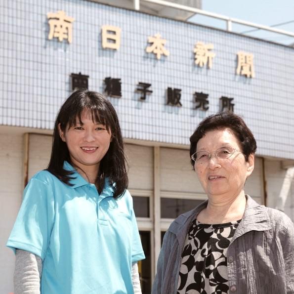 河野紀子所長(左)