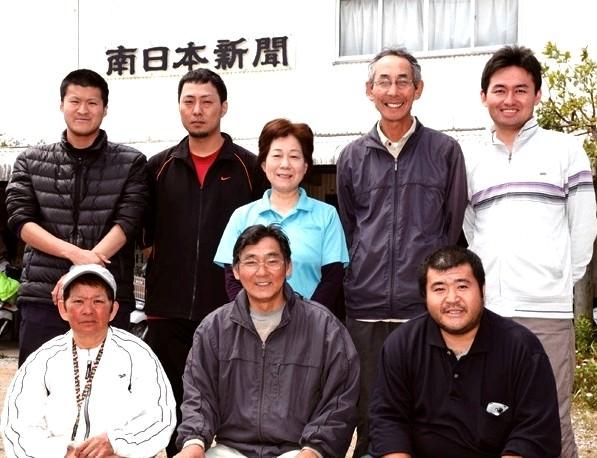 鮫島健司所長(後列左から2人目)ら