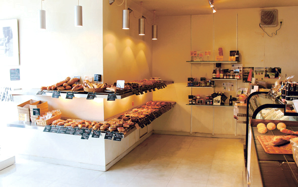 野菜本来のおいしさが詰まった旬のパンやバゲットなどハード系も人気。秋には金目鯛を使ったカレーパンも登場する