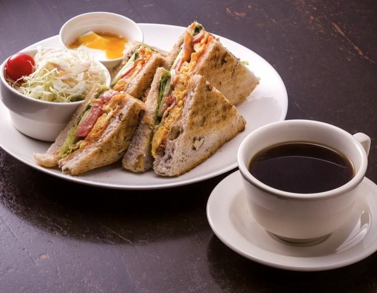 人気のトーストサンド。飲み物とのセットは850円