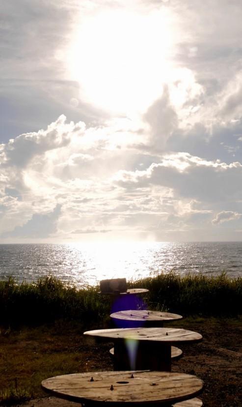 東シナ海を一望できる絶好のロケーション。日没時、夕日が海に沈む光景は最高にロマンチック