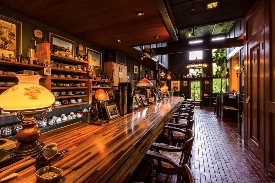 高岡さんが世界中を旅して撮影した写真などが飾られた店内