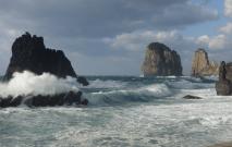 甑島 洋上に浮かぶ奇岩、ナポレオン岩
