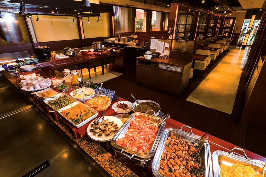 朝食時間には制限時間がなく、60席を備える店内でゆっくり食事を楽しめる