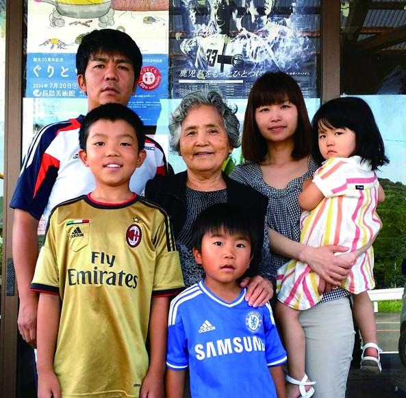 井手淑忠所長(左上)と家族