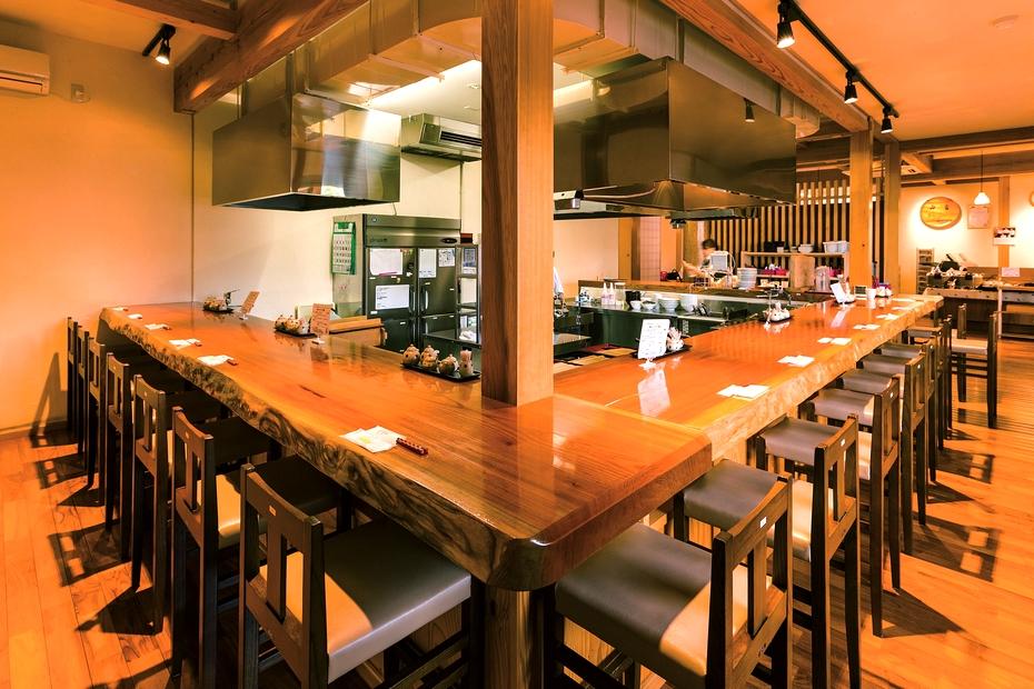 天板が広く、くつろげるカウンター席。テーブル席や座敷も備え、農産物の販売コーナーもある