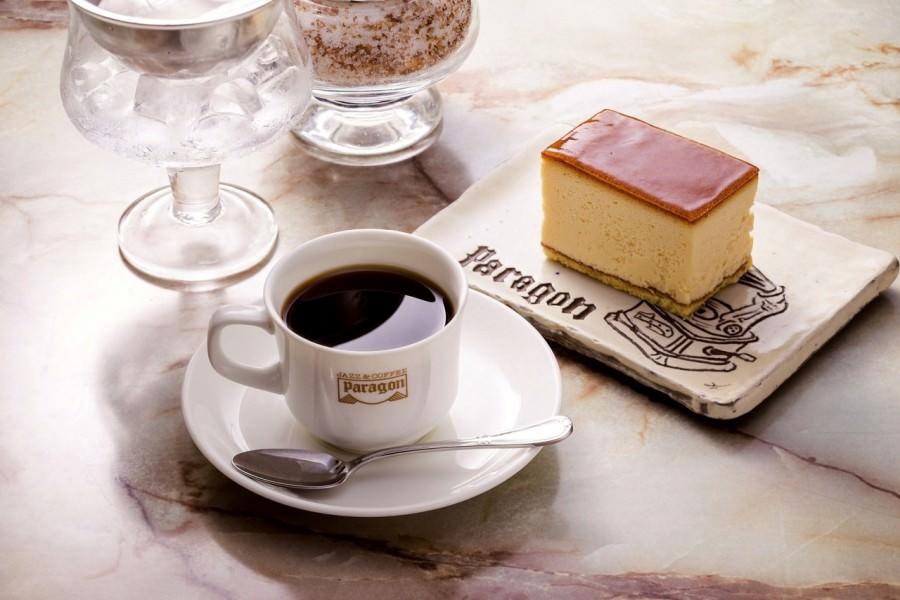 チーズケーキなどの手作りケーキ(370円)とコーヒーのセットは合計金額から100円引き