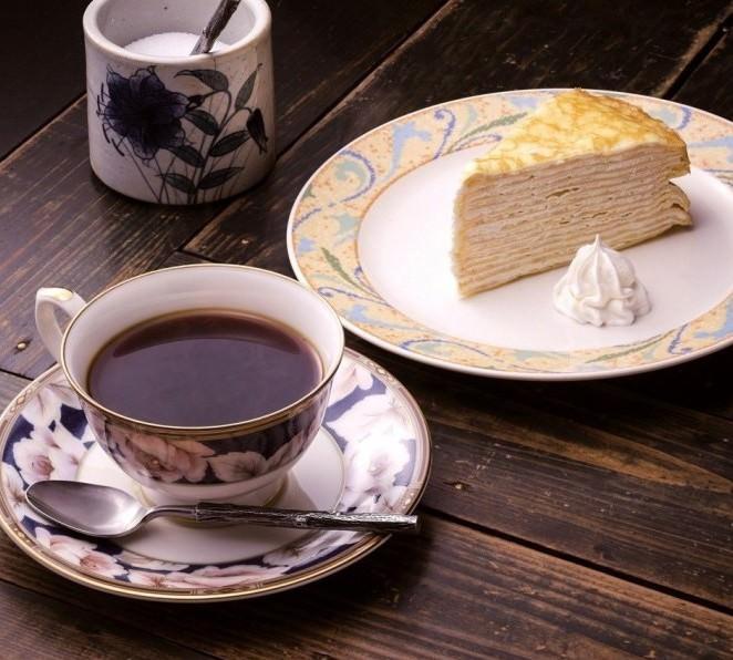 ブレンドコーヒーとケーキのセットは980円
