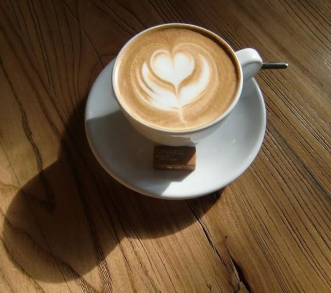 エスプレッソに泡立てたミルクを注いでつくるカフェラテ。ラテアートも楽しい