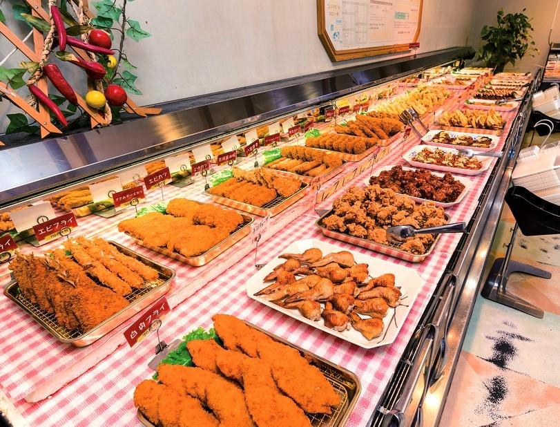 併設する弁当約30種類と総菜約100種類の販売コーナーも人気