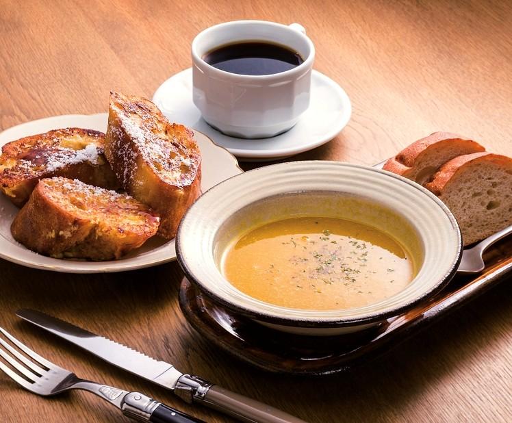 フレンチトースト(左)のほか、「本日のスープ」(手前、パンと飲み物付きで600円)も好評
