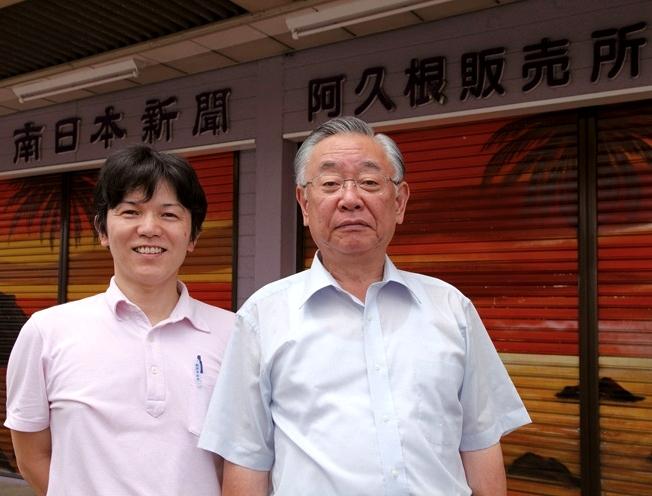 橋崎一幸所長(右)とスタッフ