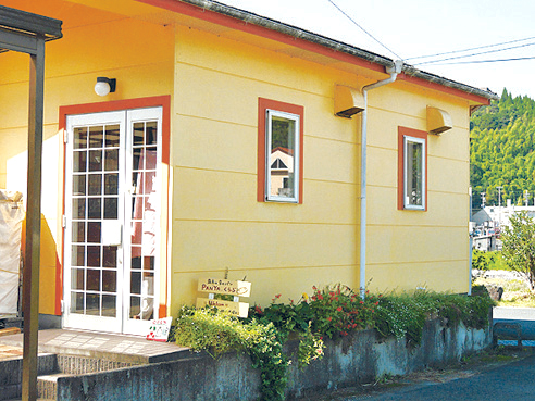 霧島市役所牧園総合支所近く、黄色い外観が目印