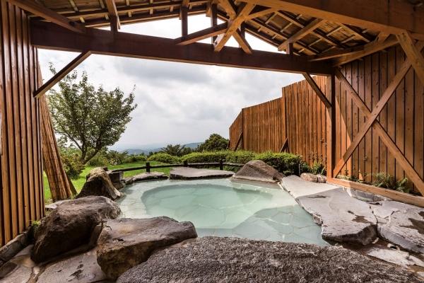 大浴場の露天風呂。天気のよい日には桜島や開聞岳を見渡せる