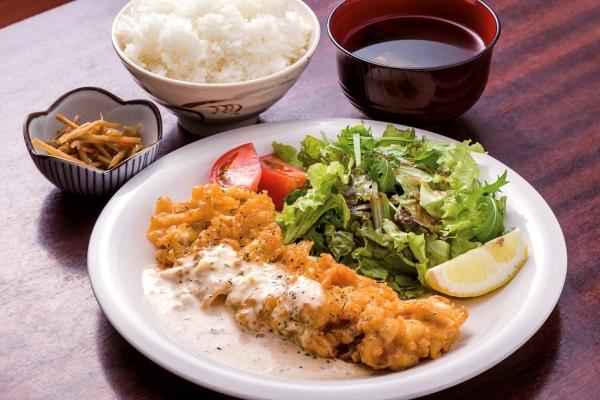 チキン南蛮定食。伊佐米を温泉水で炊いたご飯も人気
