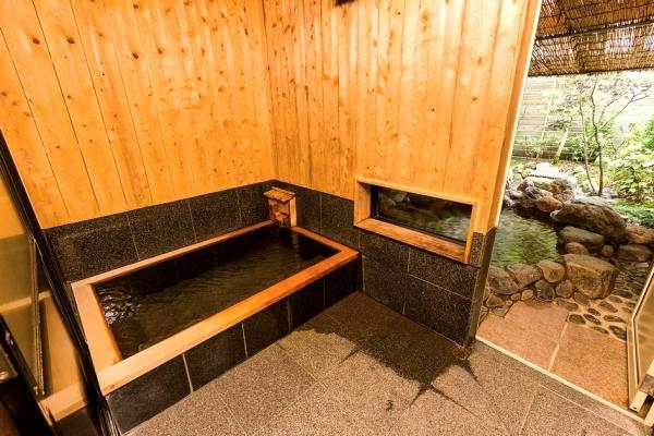 ひのき造りの内湯と岩風呂の露天