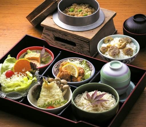 旬の食材を味わえる釜飯(奥、汁物付きで880円)と日替わりランチ