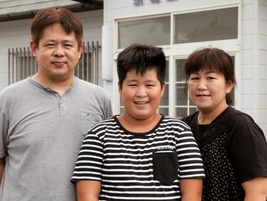 川畑健一所長(左)家族