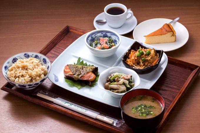 日替わりランチ。ご飯は胚芽米と玄米(写真)から選べる