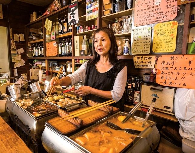 常連客だった有村秀子さん(58)が11年前に店を引き継ぎ、おでん以外のメニューの提供も始めた