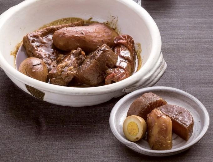 大鍋でじっくり煮込む、みそ仕立てのおでん盛り合わせ