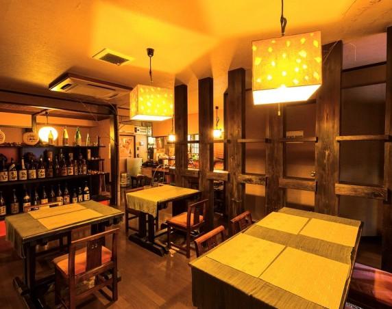 テーブル、座敷、カウンターの約40席。忘新年会など大人数での宴会にもお薦め