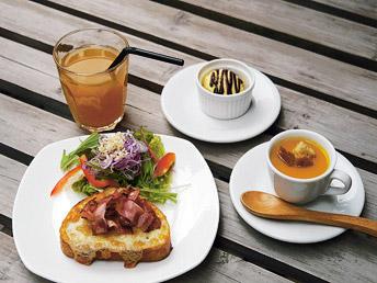 キッズランチは2種類から選ぶトーストにキッズサイズのスープ、サラダ、ドリンク、アイスクリームが付く