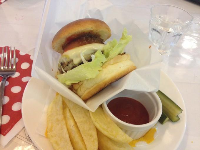 バーガーショップ「サンガン」のハンバーガー