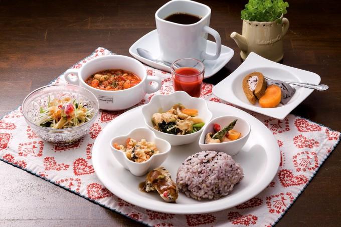 カレーや日替わりランチには小鉢とスープ、サラダ、スイーツ、飲み物のほか、食前に飲むと栄養の吸収を助けるとされるトマトジュースが付く