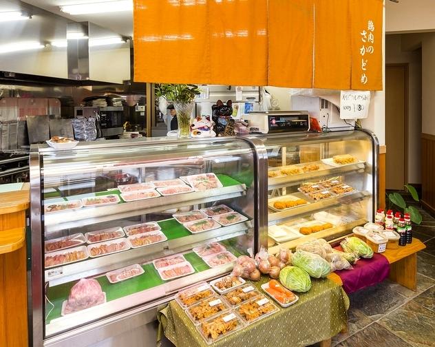 「鶏幸房」ではメンチカツ(90円)や空揚げ(100g 180円)などの総菜も人気