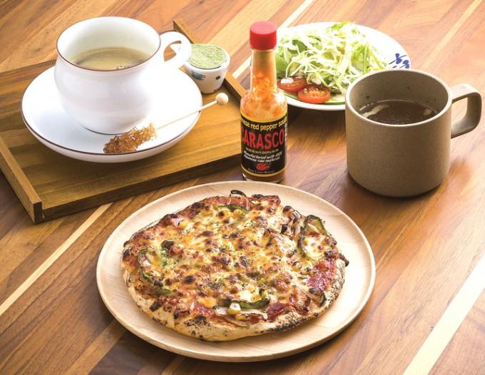 ミックスピザセットはサラダ、スープ、コーヒーまたは紅茶付き