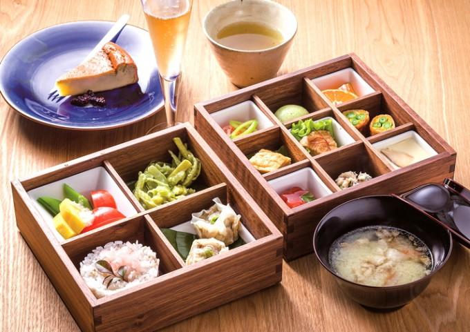 桑、繭のほか、指宿産の食材を多く使い、桑の葉茶も付く「おかいこ御膳」。写真はスイーツ、飲み物付きの松(1,980円)