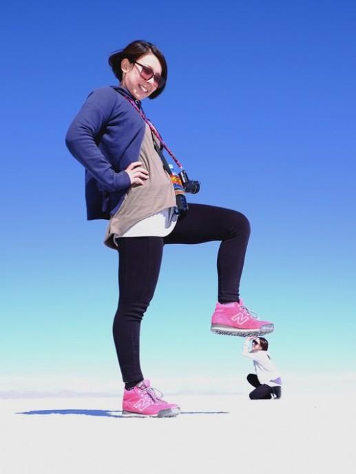 ウユニ塩湖でお決まりの遠近法を用いた写真