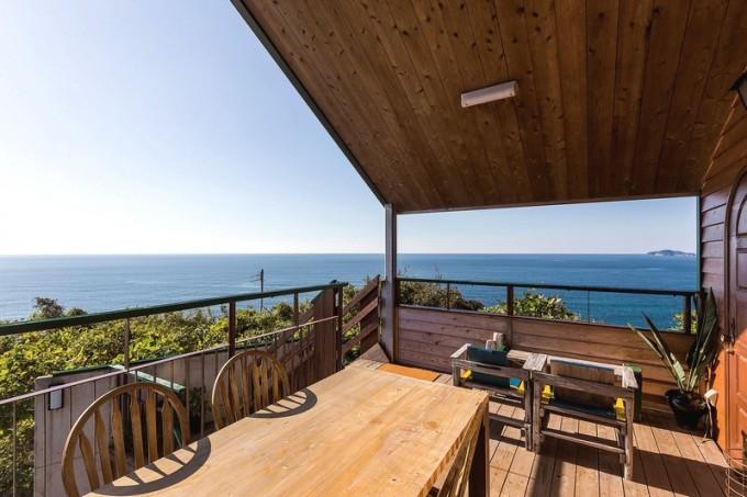 店名はイタリア語で「丘と海」を意味し、窓やテラス席(4席)からは阿久根大島や東シナ海を眺められる
