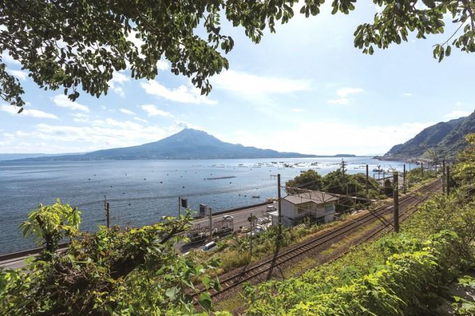 店からは鹿児島湾を泳ぐイルカやJR竜ケ水駅に停車する豪華寝台列車「ななつ星in九州」を見られることもある