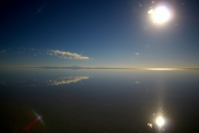 ウユニ塩湖に満月ふたつ