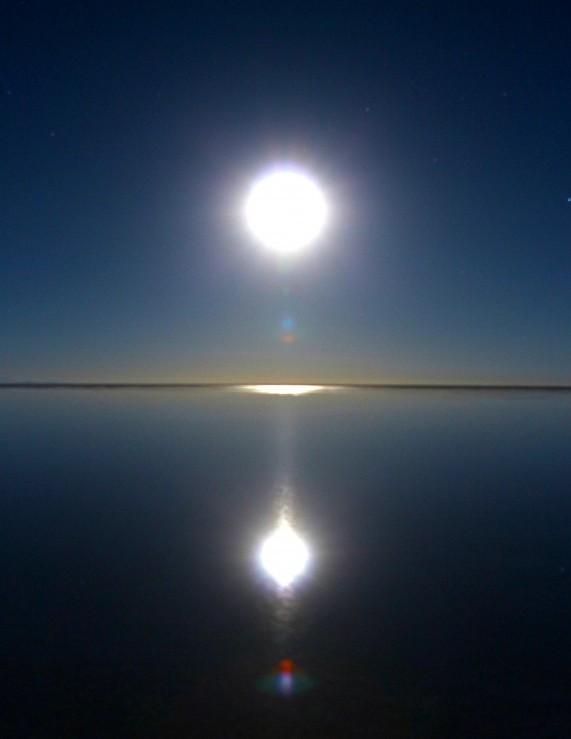 幻想的な景色と満月