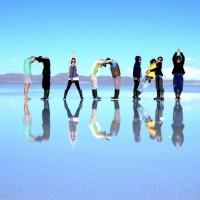 湖面にUYUNI(ウユニ)の人文字を♥